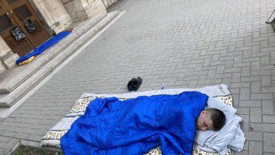 Photo of video   Au dormit sub ușa SIS-ului. Reprezentanții AUR au înnoptat în corturi în fața instituției