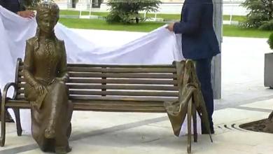 Photo of Micle și Eminescu, împreună într-un parc din Chișinău. Sculptura scriitoarei a fost dezvelită în capitală
