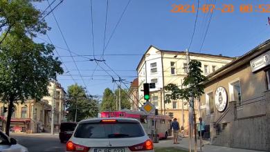 Photo of video | Prețul unei clipe de neatenție! Momentul în care o tânără pe trotinetă este lovită de troleibuz