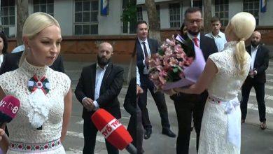 """Photo of A purtat papion cu simbolul partidului și a primit flori. Convinsă de victorie, Tauber spune că a venit la votare """"ca la examen"""""""