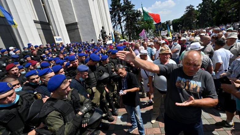 Photo of Ucraina: Polițiștii pensionari au luat cu asalt parlamentul de la Kiev, cerând mărirea pensiilor