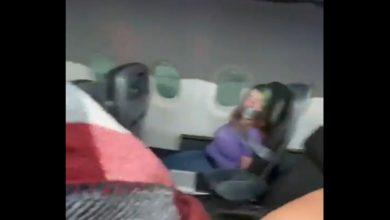 Photo of Femeie lipită cu bandă adezivă într-un avion American Airlines. Cum explică compania cele întâmplate