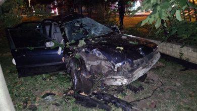 Photo of foto | Șoferul unui BMW a ajuns în reanimare după ce și-a făcut mașina zob, izbindu-se de un gard