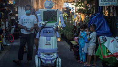 Photo of foto   Un robot făcut din vechituri dezinfectează străzile și ajută bolnavii de COVID-19