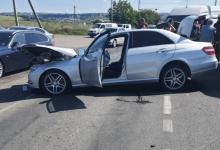 Photo of foto   Două Mercedesuri s-au ciocnit la Ialoveni: Doi bărbați au ajuns la spital