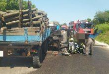 Photo of foto | Un tractor s-a tamponat violent de un TIR. Unul din șoferi a murit până a sosi ambulanța