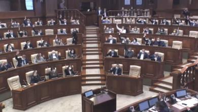 Photo of Deputații, iar cu mâinile în sus! Sistemul electronic de votare a cedat când aprobau modificarea Constituției
