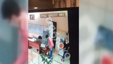 Photo of video | Bărbat din Rusia, filmat introducând mai multe buletine de vot în urnă. Opozanții lui Putin acuză fraude masive