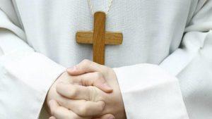 Cu dragostea nu te pui! Un episcop a demisionat după ce s-a îndrăgostit de autoarea unor romane erotice cu elemente satanice