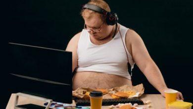 Photo of Ce se întâmplă cu corpul tău atunci când mănânci în faţa unui ecran